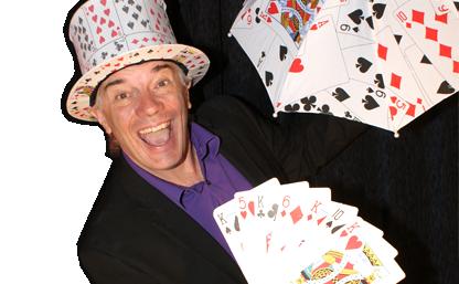 Photo de Sylvain Gerard avec des cartes de magie